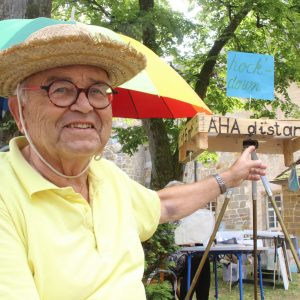 Satiriker Wilfried Mann symbolisiert den fragilen Zusammenhalt der Gesellschaft.